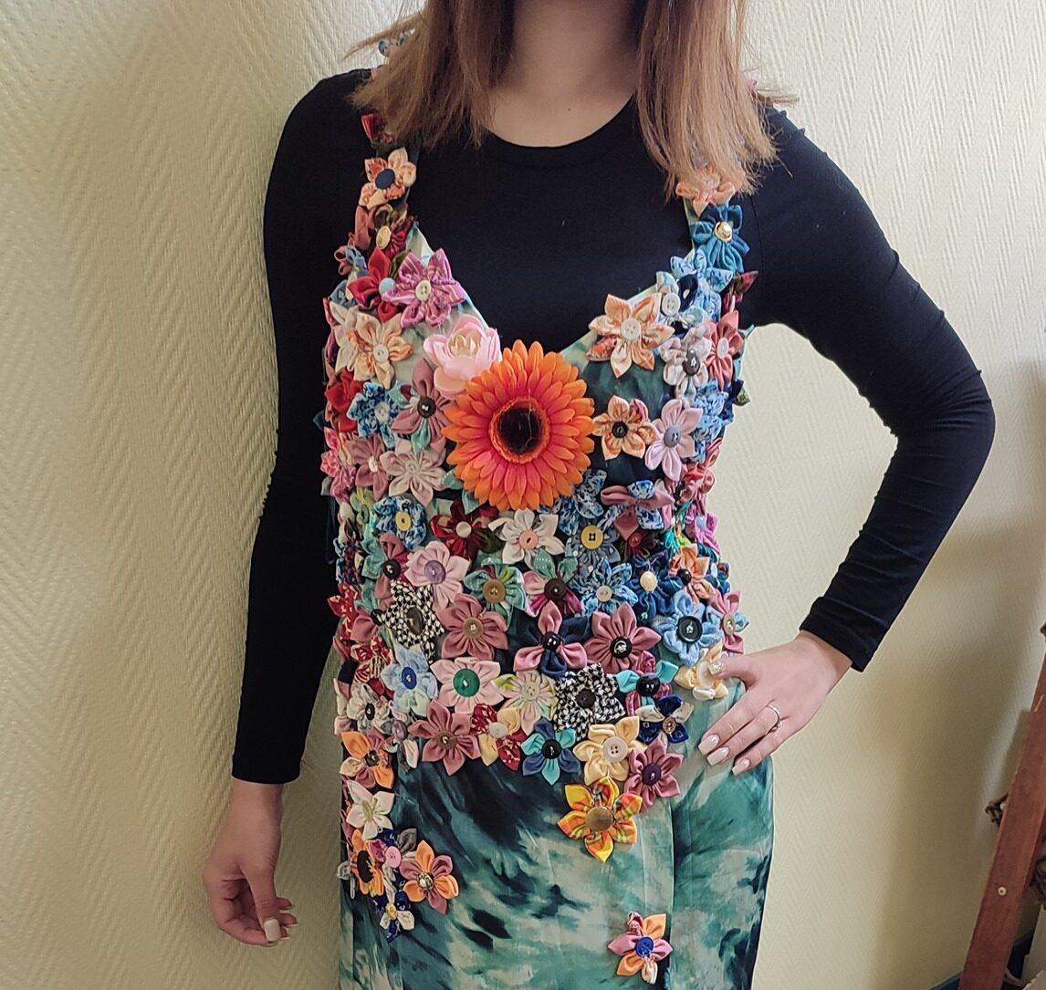 Robe à fleurs créée à partir de matériaux recyclés